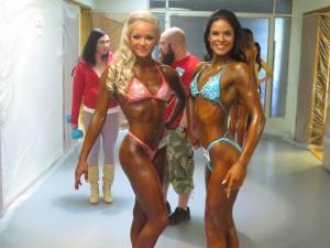 Solana Tiimiläiset  Laura ja Janette kevään kisoissa. Janette ja Laura ovat myös valmennuksessani tutustuneen Rumble rollereihin ja kalvovenyttelyyn.