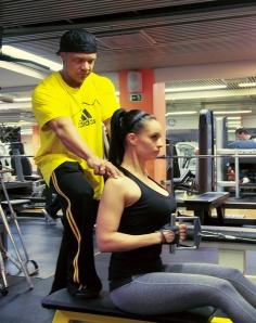 Sami treenauttaa bikinikilpailuihin osallistuvaa Solana Tiimiläistä Julia Harjulaa.